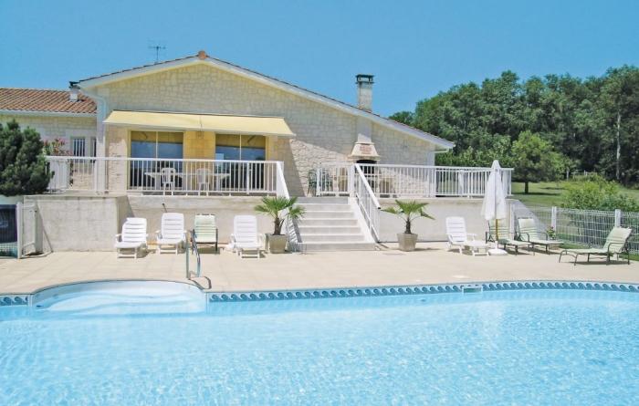Villa / house Proche aubeterre sur dronne to rent in Aubeterre sur Dronne